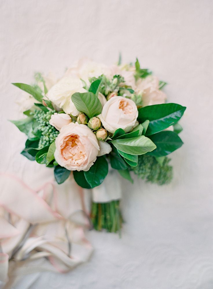 kleiner Hochzeitsstrauß, creme Pfingstrosen mit Bändchen dekoriert, zart und natürlich