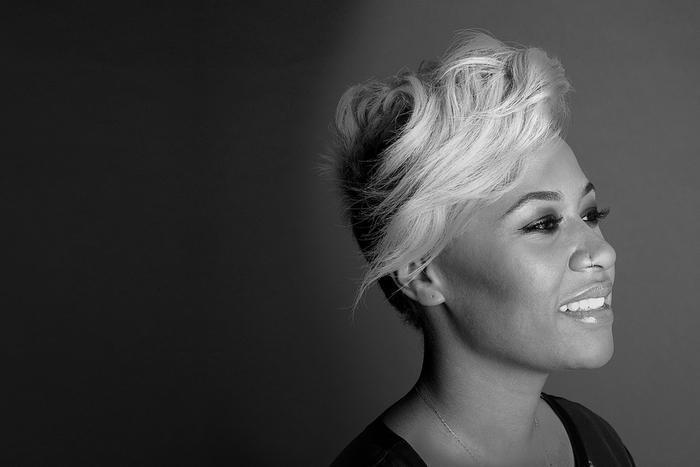 Emeli Sande, attraktive Kurzhaarfrisur, blonde glatte Haare, vorne länger, hinten kurz