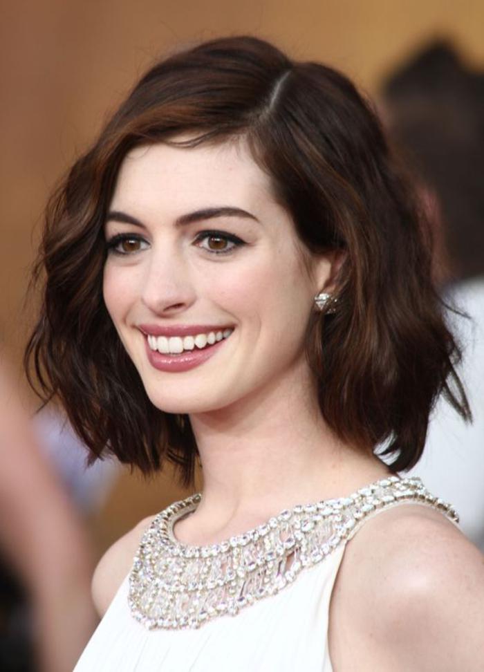 Anne Hathaway, überschulterlange schwarze Haare, elegante Damenfrisur für jeden Anlass