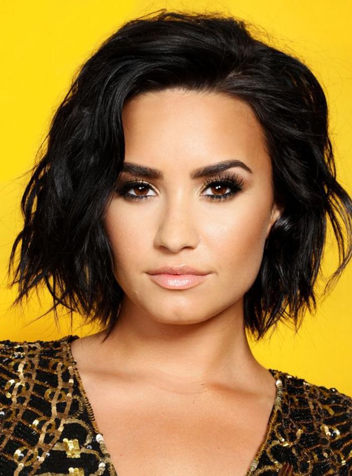 Demi Lovato, kinnlange schwarze Haare, praktische und schöne Frisur für jeden Anlass