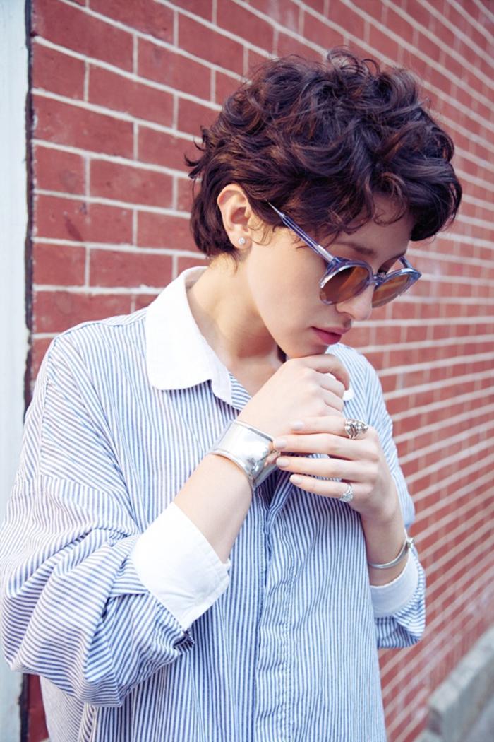 moderne Kurzhaarfrisuren für lockige Haare, schöne alltägliche Frisur, Locken bändigen, schwarze Haare