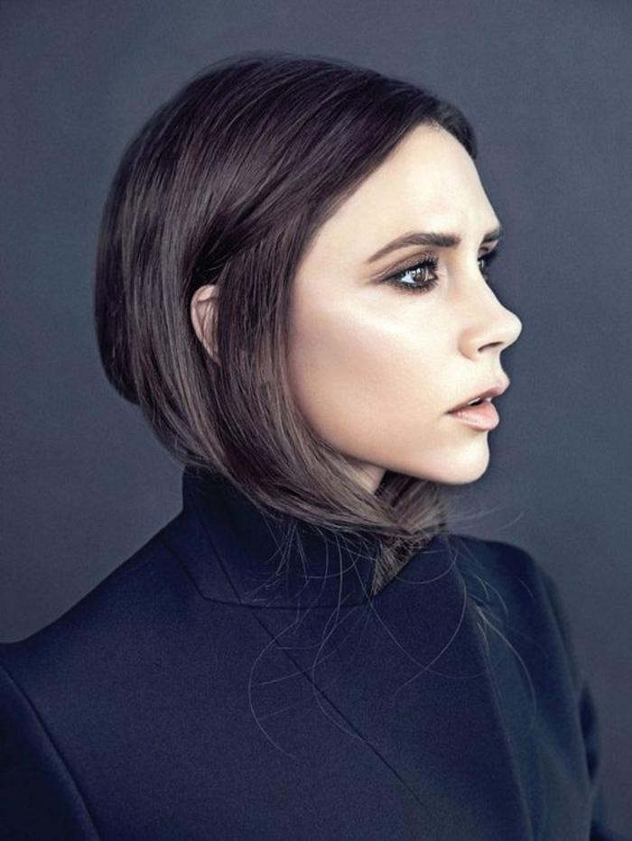 Die Modeikone Victoria Beckham, schwarze glatte Haare, Bobschnitt, vorne lang, hinten kurz