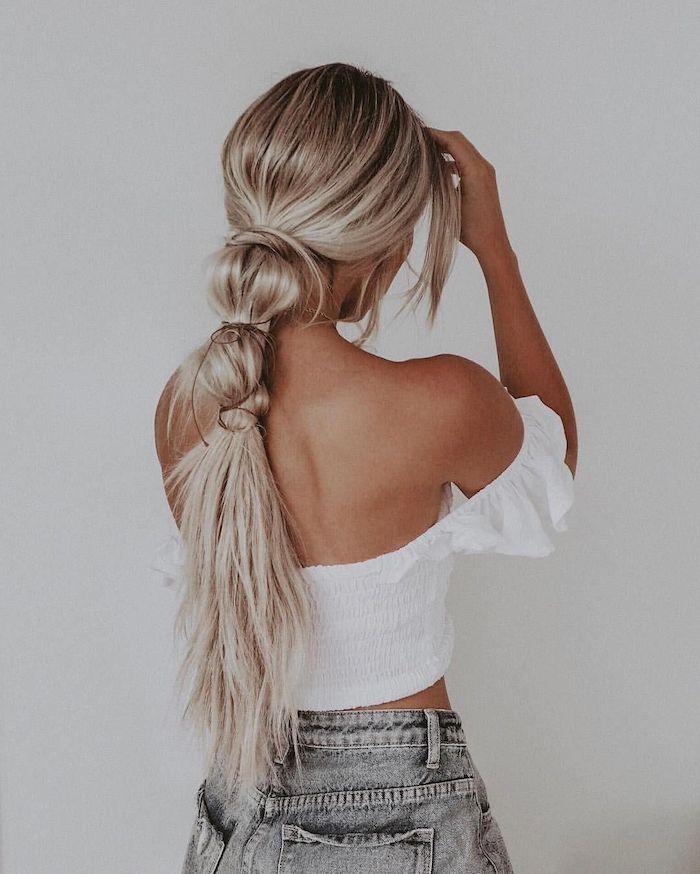 lange blonde haare frisuren mittelalterliche flechtfrisuren pferdeschwanz geflochten weiße bluse graue jeans outfit isnpo