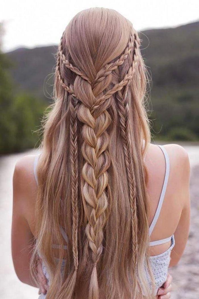 lange dunkelblonde haare mit zöpfen mittelalterliche flechtfrisuren inspiration frau im weißen kleid halb hoch halb unten frisur