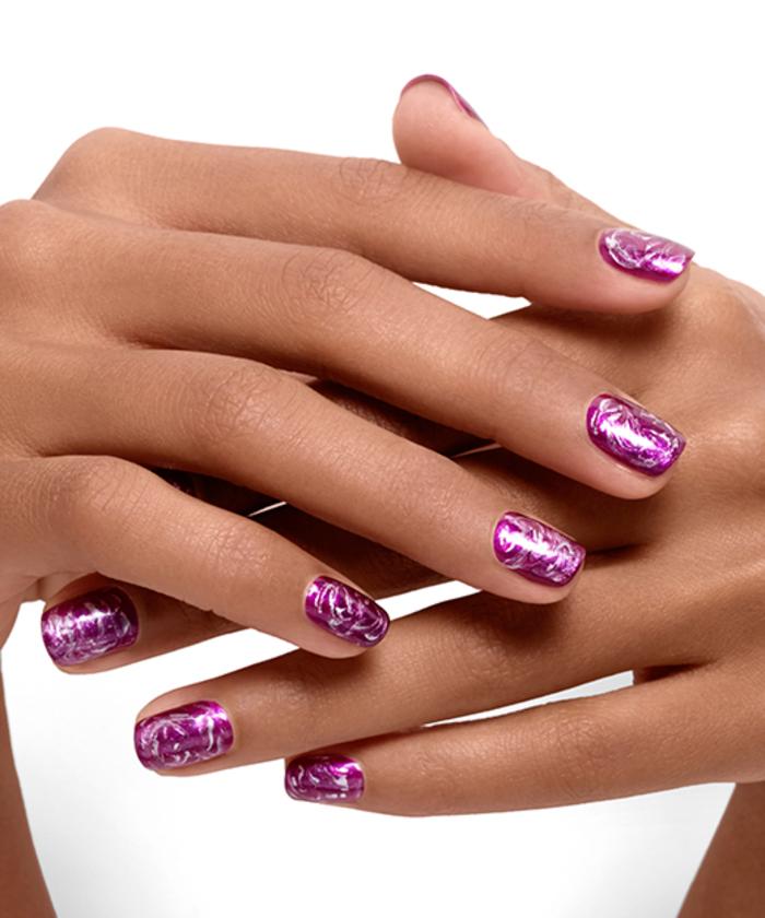 schlichte Fingernägel mit schöner Dekoration, lila Maniküre, tolle Nageldesign Ideen