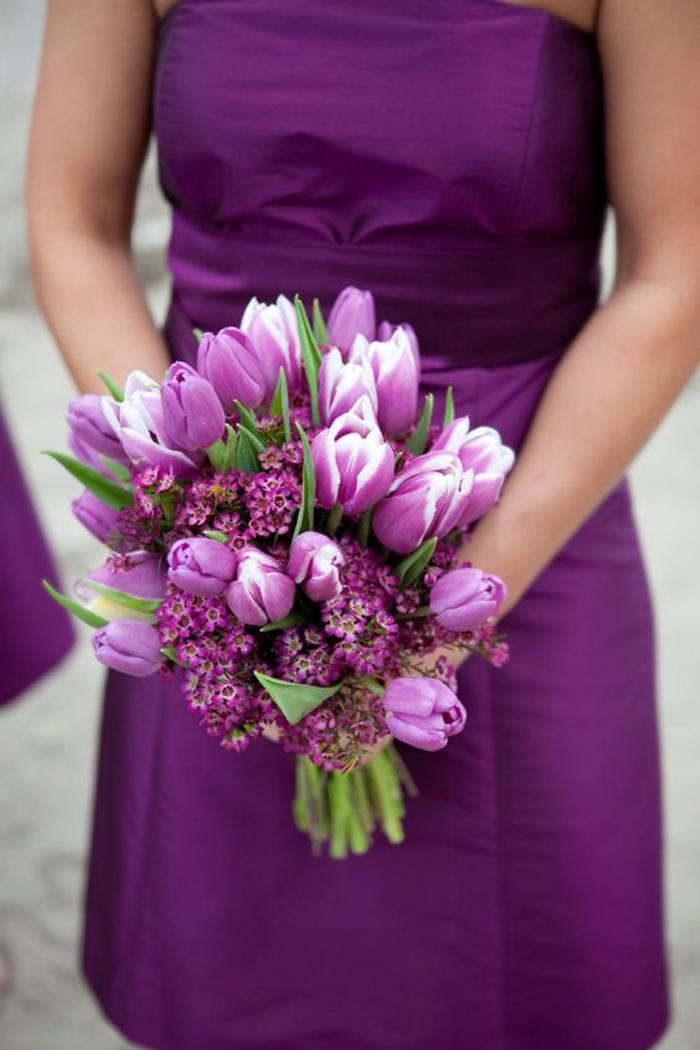 Ideen für Frühlingshochzeit, lila Tulpen, runder Hochzeitsstrauß in Lila