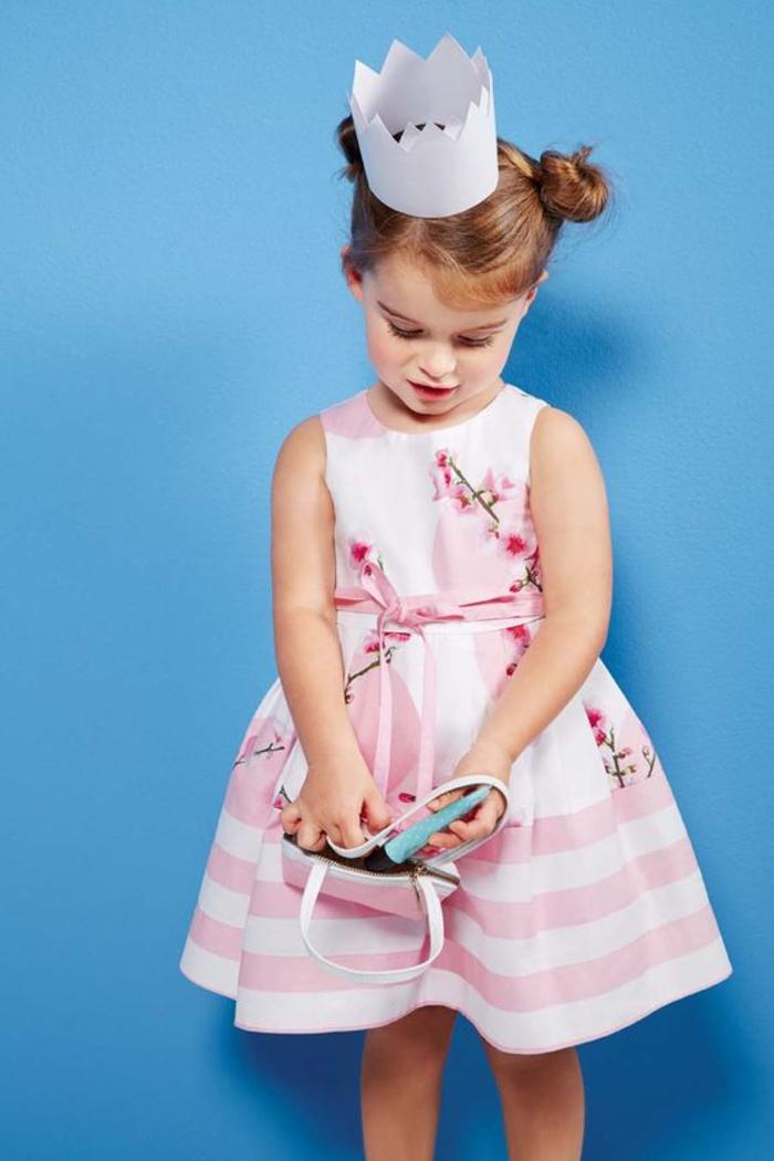 weites Kleid in Rosa, mit Blumenmotiven, Sommermode für Kinder, elegante Mädchenkleidung