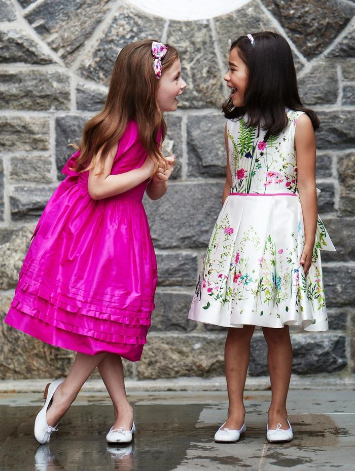 elegante Mädchenkleidung, violettes weites Kleid, weißes Kleid mit Blumenmotiven