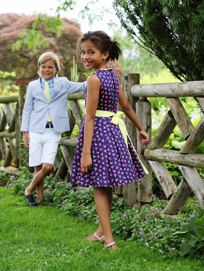 Kindermode Sommer 2017, Mädchenkleidung-lila Kleid mit gelbem Bändchen, Jungenkleidung- Anzug mit kurzer Hose