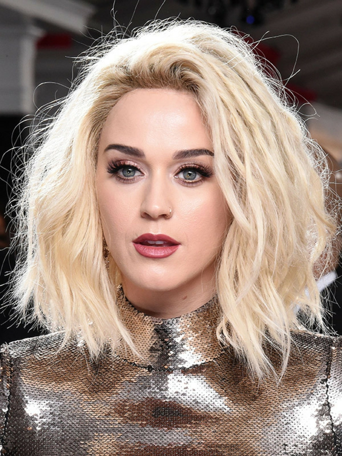 dezentes make up katy perry look lockige haare blonde haare rote lippen matt lippenstift braune lidschatten