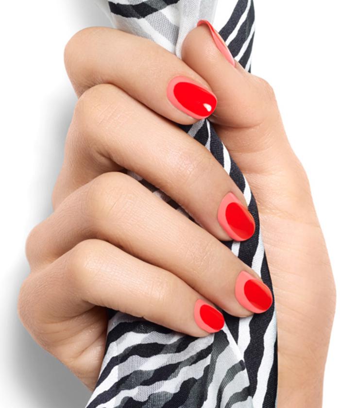 schlichte Fingernägel mit toller Dekoration, rote Maniküre, schöne Idee für den Sommer