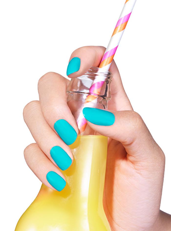 blauer Nagellack, tolle Sommeridee für Maniküre, schlichte und schöne Fingernägel