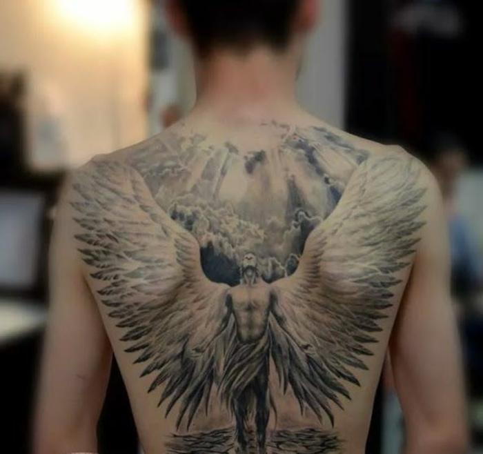 hier finden sie eine tolle idee für einen engel tattoo - hier ist ein großer engel mit großen weißen engelsflügeln