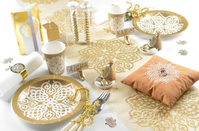 orientalische dekoration für den tisch weiße tischdecke mit goldenen motiven goldene platten teller glas serviette
