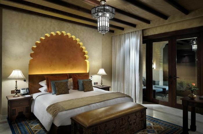 orientalische dekoration für das schlafzimmer bett design in weiß mit vielen kissen dicke vorhänge in weißer farbe