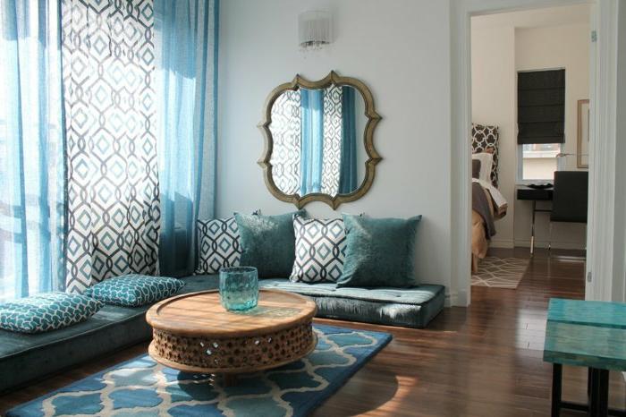 orientalische deko ideen wohnzimmer design einrichtung in weiß blau türkis und braun hölzerner zunder tisch spiegel