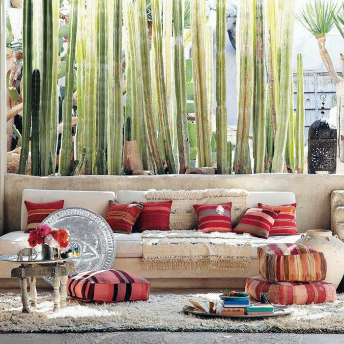 marokkanische lampen design ideen sofa mit teppich davor dezente möbelfarbe bunte kissen sitzkissen kaffeetisch blumen