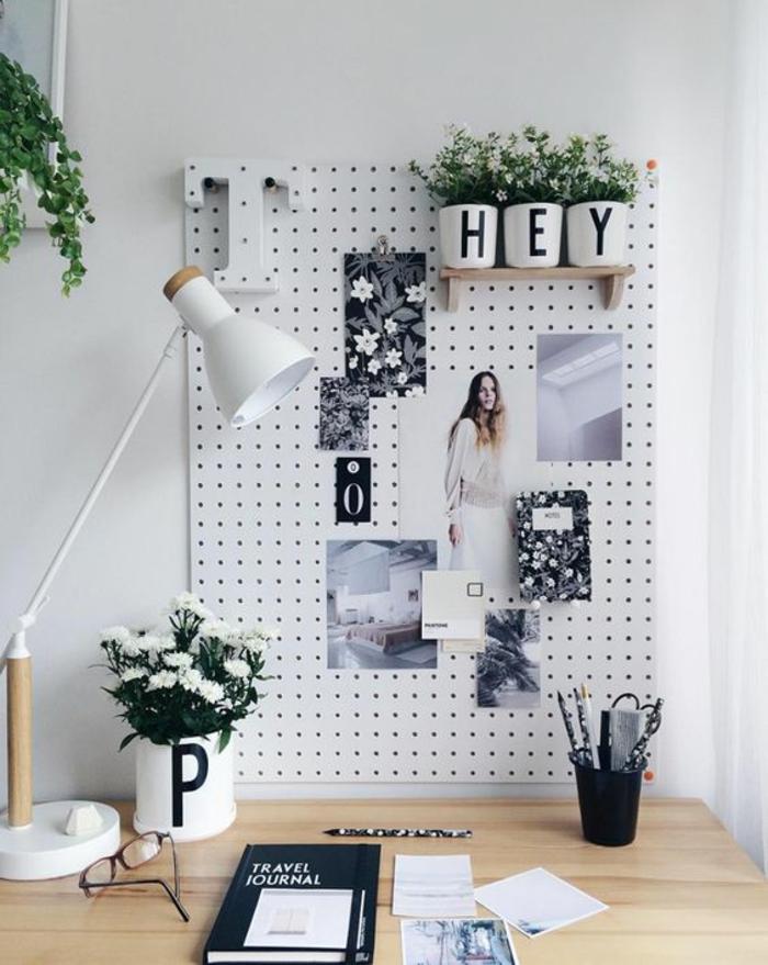schreibtisch, tischlampe, pflanzen, buch, brille, weiße pinnwand, fotos