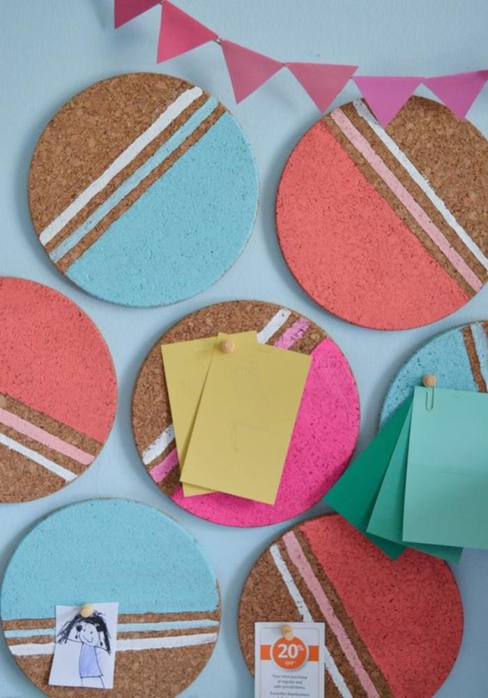 memoboard selber machen, kreise aus kork dekoriert mit bunten farben, pinnnadeln