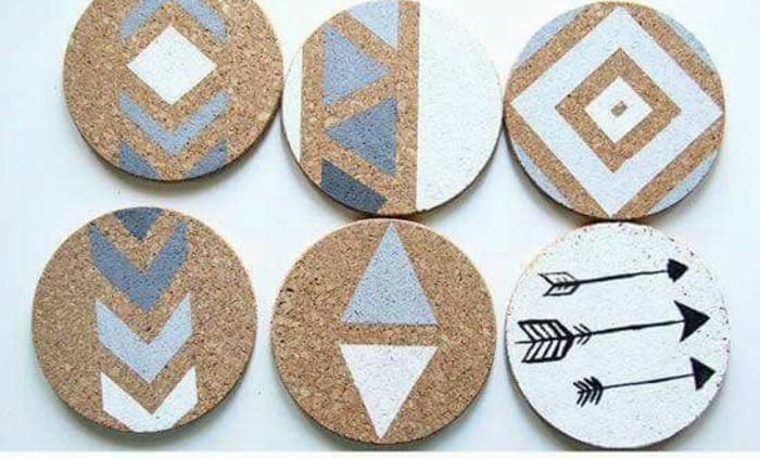 memoboard selber machen, kleine runde pinnwände aus korken mit farbe dekorieren