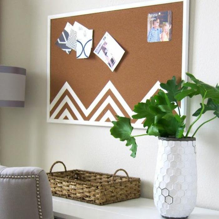 memoboard selber machen, pinnwand, fotos, weiße farbe, geflochtener korb