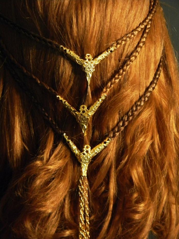 drei kleine Zöpfe mit goldene Verzierungen am Enden, rotes Haar geflochtene Frisuren