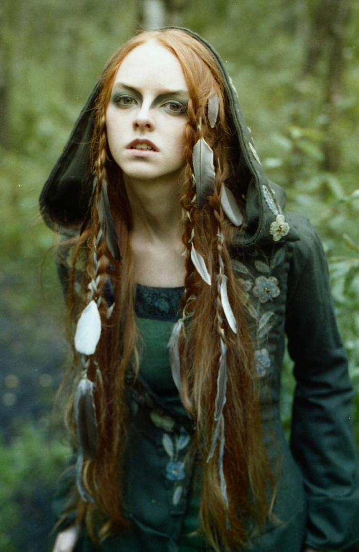 eine Hexe im Wald mit Feder in den Haaren rote Haare, grünes Kleid - Frisuren Mittelalter