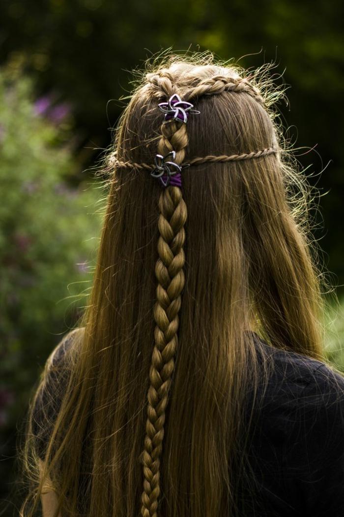 lange Haare geflochten in einigen Zöpfen und Schmücke wie Sternen