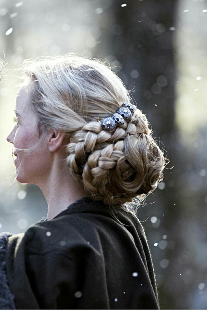 geflochtene Frisuren eine komplizierte Kombination aus Zöpfen und Locken, blondes Haar