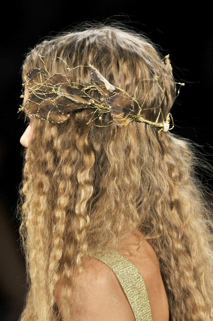 lockige, blonde Haare mit einer Tiara aus goldenen Draht wie Blätter geformt Frisuren Mittelalter