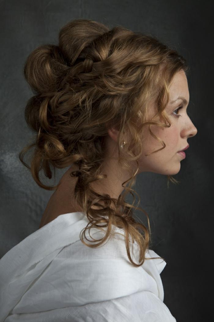 eine Frisur mit geflochtenen Haar aus dem Mittelalter Frisuren inspiriert, weiße Kleidung