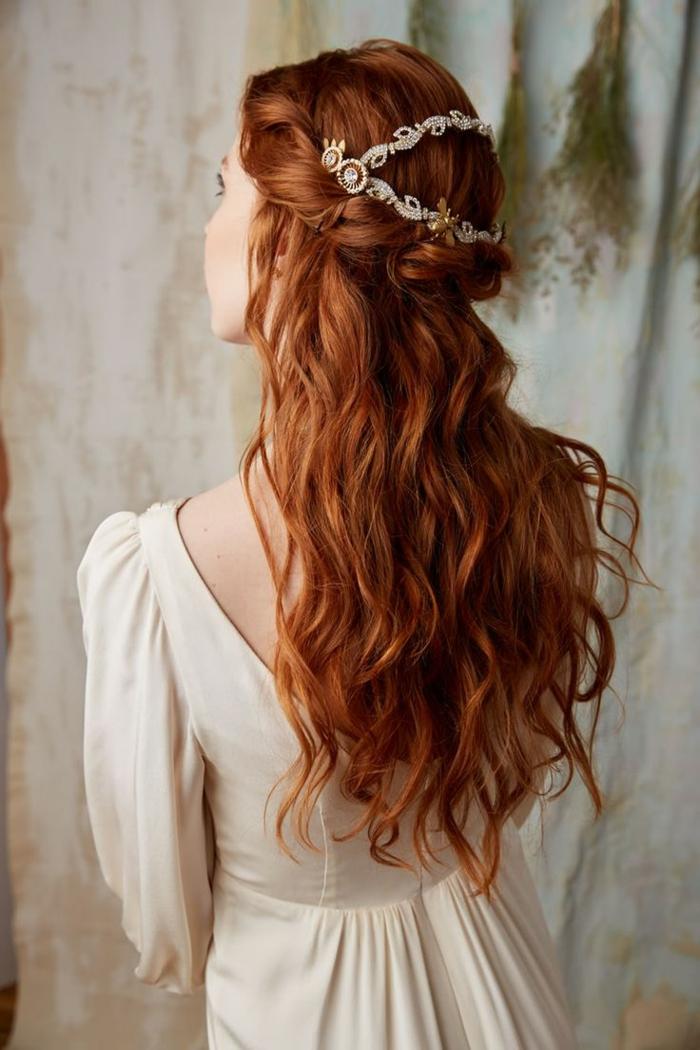 rotes Haar mit Locken, wie Kranz geflochtene Frisur, Haarschmuck aus Gold mit Perlen