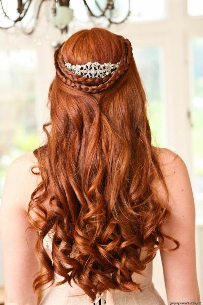 rotes Haar, zwei Zöpfe, eine silberne Tiara, lässige Locken für die Hochzeit Frisuren geflochen