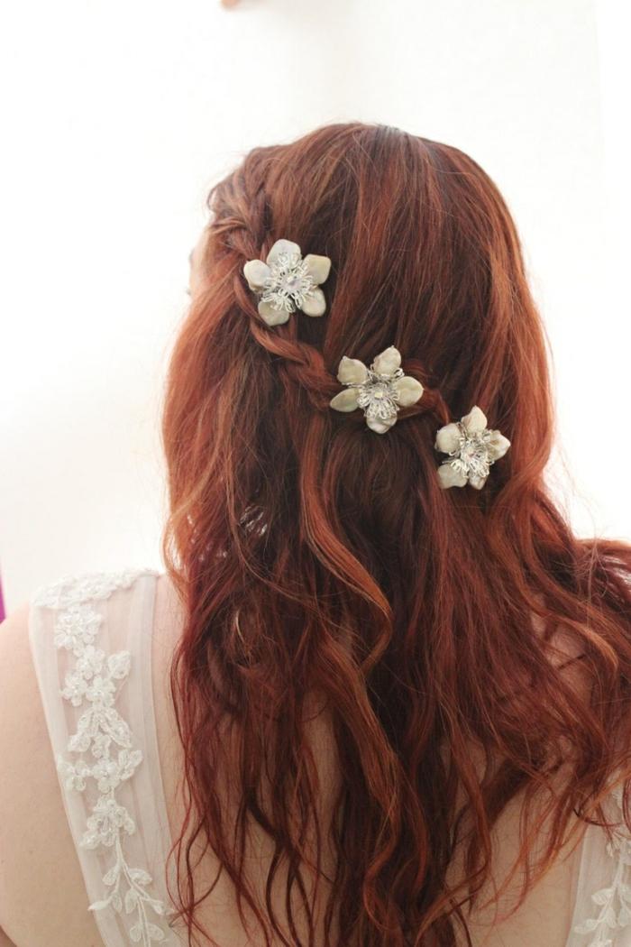 rotes Haar mit einem Zopf und einen schönen weißen Schmuck wie Blumen Frisuren geflochten