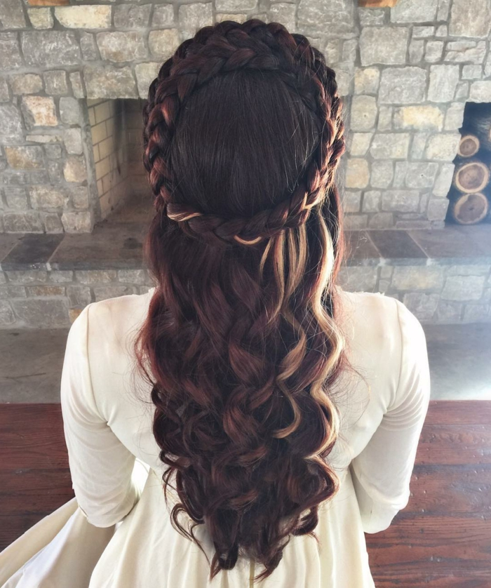 kleine blonde Strähnchen in braunen Haaren, Locken und Zopf wie ein Kranz Frisuren geflochten