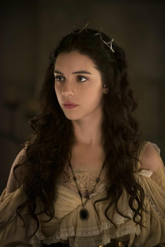 schwarze Haare mit einer kleinen Krone als Akzent beiges Kleid Frisuren Mittelalter