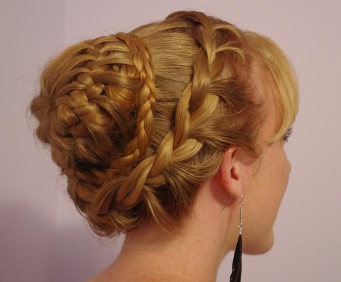 blondes Haar auf drei Stufen geflochten eine königliche Frisur Frisuren geflochten