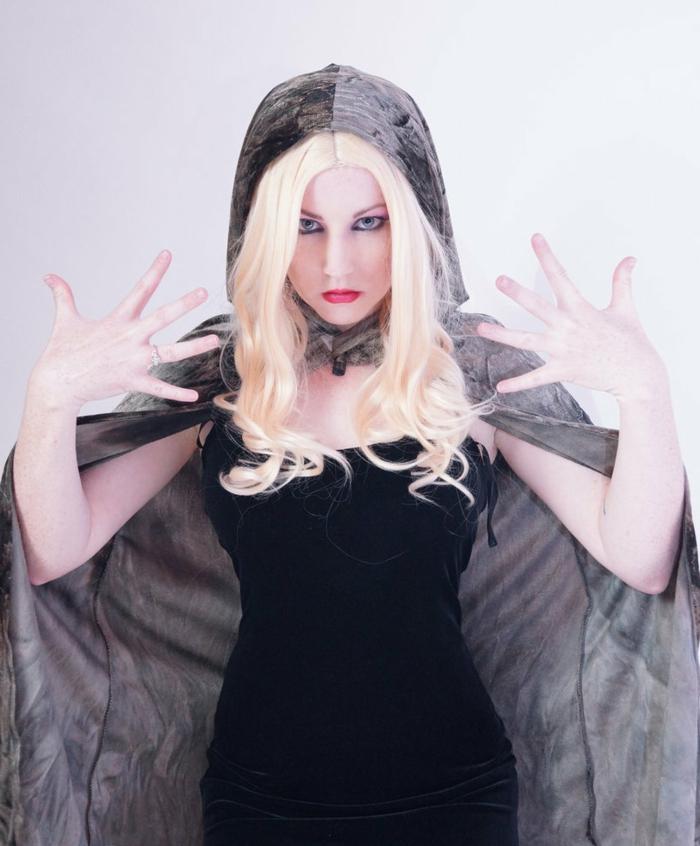 Cosplay von einer Hexe mit blonden Haaren und Frisur Mittelalter, schwarzes Kleid