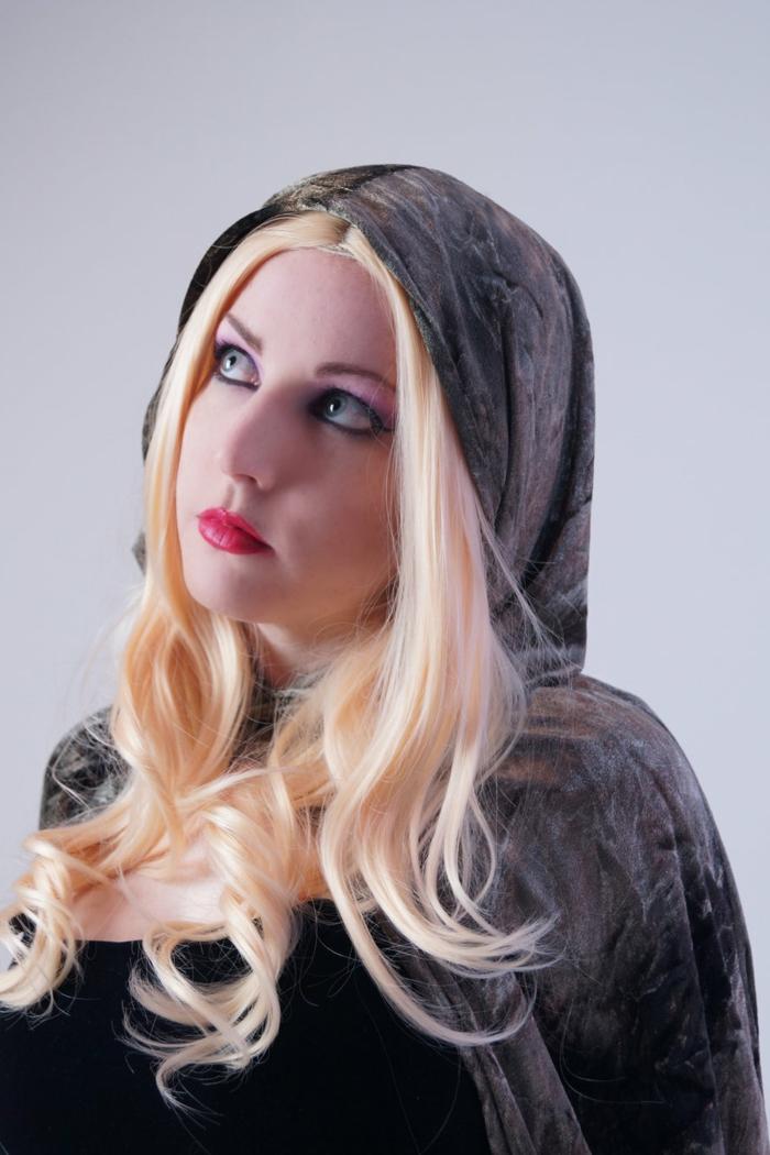 blondes Mädchen Cosplay mit Frisuren Mittelalter, ganz roten Lippenstift