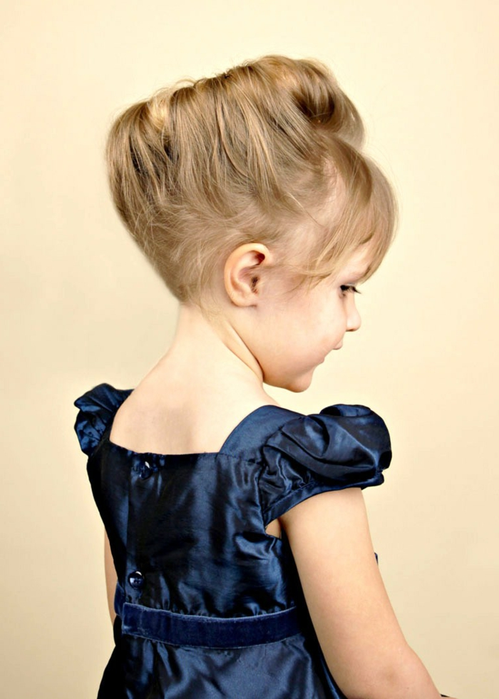 ein niedliche mittelalterliche Frisur auf kleines Mädchen mit blauem Kleid
