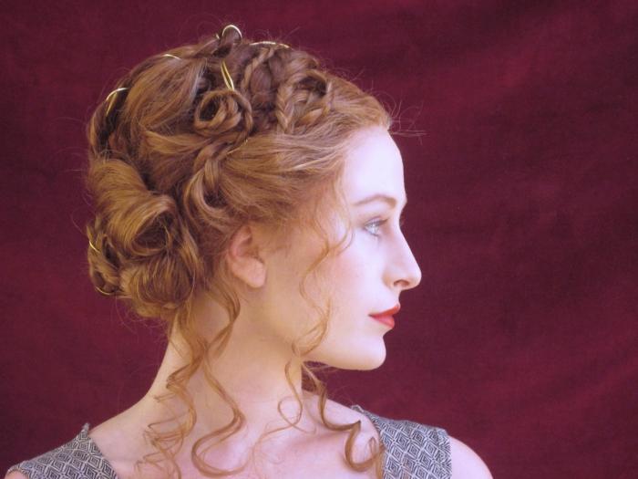 eine Frisur von Adligen in dem Mittelalter von rotem Haar, graues Kleid, rosaroter Lippenstift