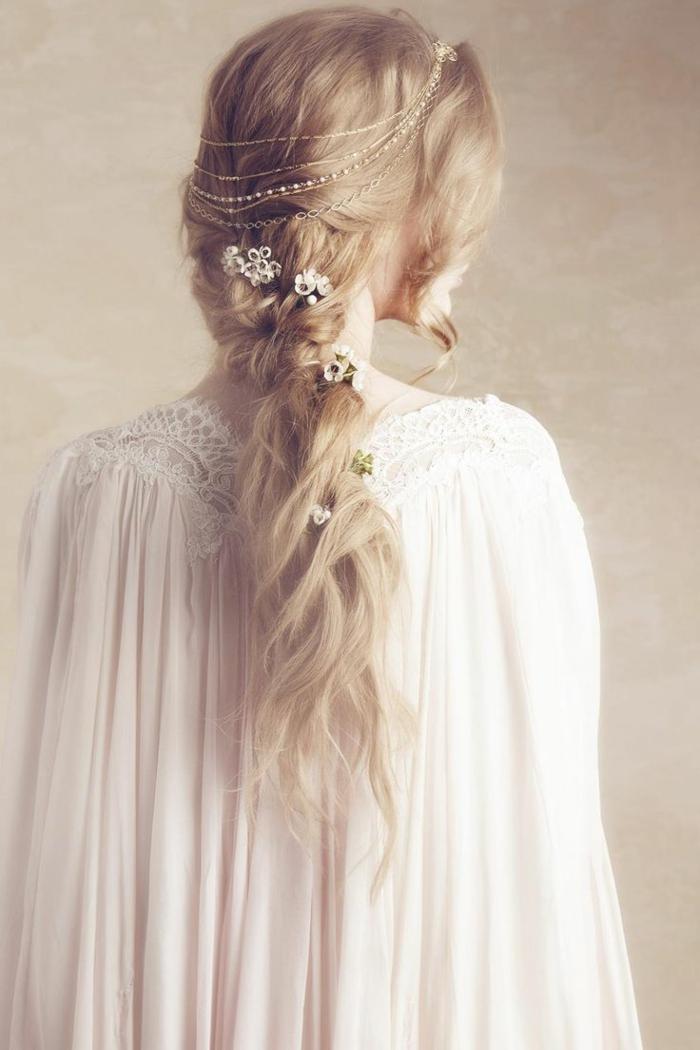 lange blonde Haare mit Ketten und Blumen geflochten - seitlich geflochtene Frisur