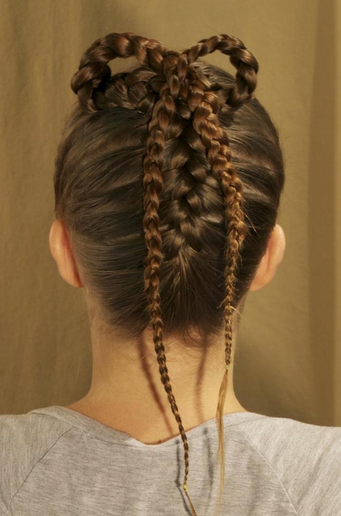 das ganze Haar ist kompliziert geflochten, graue Bluse - Frisuren Mittelalter