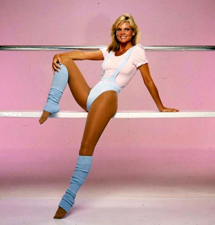 80er Sportkleidung, blauer Schwimmanzug, blaue Stulpen, Leggings, pinkes T-Shirt für Frauen