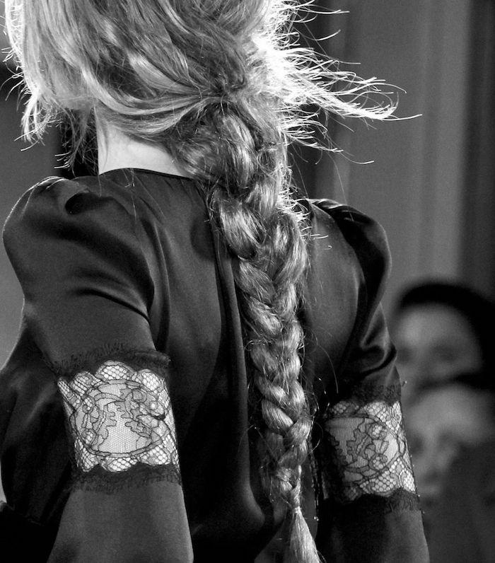 modenschau fashion week frisuren inspiration mittelalterliche flechtfrisuren lange geflochtene haare schwarzes kleid mit spitze