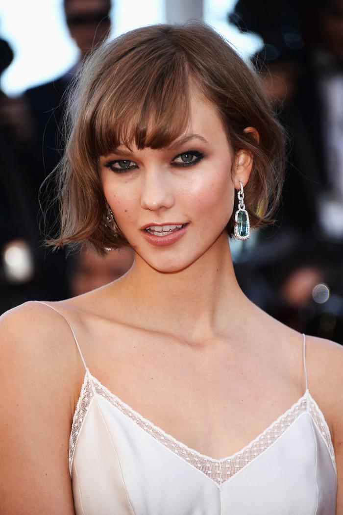 Taylor Swift, kinnlang geschnittener Bob mit Pony, kastanienbraune Haare