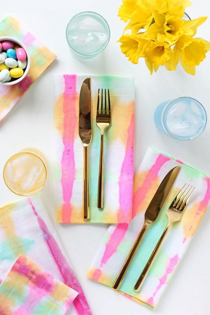 Tischdeko zum Muttertag von den Kindern ausarbeitet - farbenfrohe Servietten