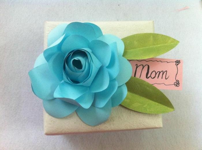 blaue Rose mit grünen Blättern mit Aufschrift Mutter - Muttertags Geschenkideen