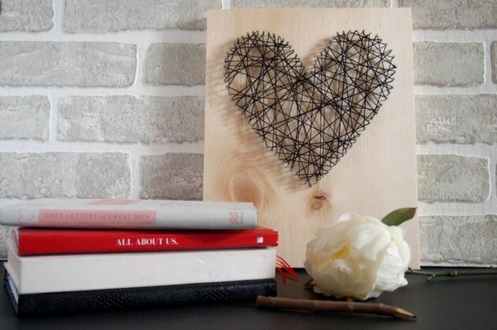 ein Herz für Mutti selber herstellen aus schwarzen Draht, Fotoalben und weiße Rose Geschenke für Muttertag