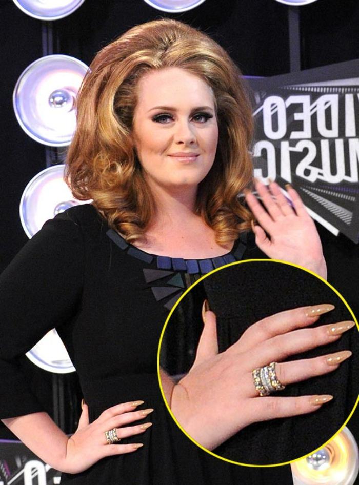 spitze fingernägel von adele schönes design dezent und elegant in beige großer ring lange nägel schöne hand